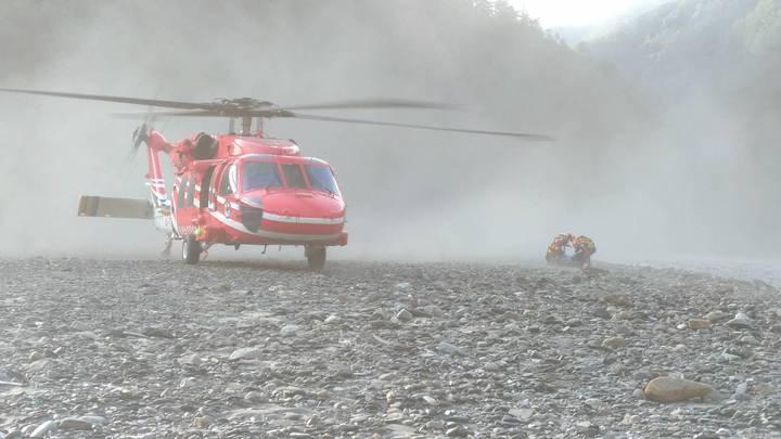 吳姓男子到台中和平山區烤肉戲水,落水至今6天,消防署今派直升機到河道,載回遺體。圖/台中市消防局提供