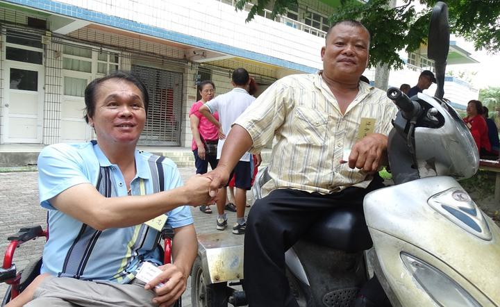 田尾國小第26屆六年丁班的蕭琦忠(左)、陳春地,因從小都行動不便而成麻吉,曾一起到高雄市學木雕謀生。記者何炯榮/攝影