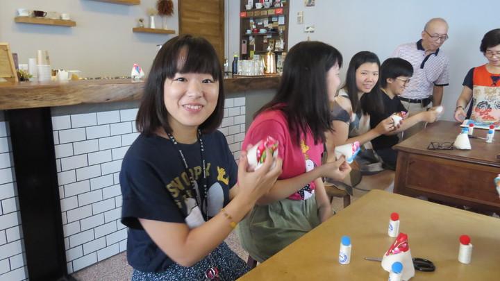 苗栗市新興大旅社今天首辦棉被花教學,日本女遊學生(左)快樂展示作品。記者范榮達/攝影