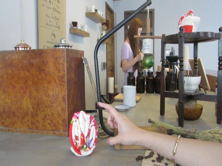 苗栗市新興大旅社老地方咖啡吧有棉被花等元素,延續溫韾舒服氛圍,成了談心好所在。記者范榮達/攝影