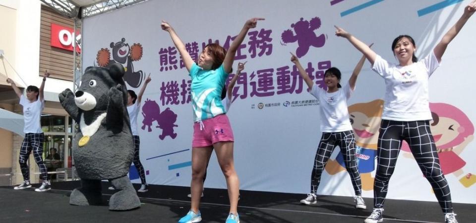 熊讚和帶操老師與北一女有氧適能社學生演出世大運運動操。記者鄭國樑/攝影