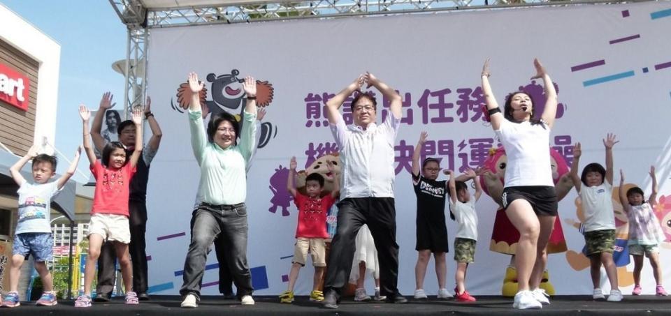 桃園副市長游建華(右2)上場跳桃園建康操和市大運的運動操PK。記者鄭國樑/攝影