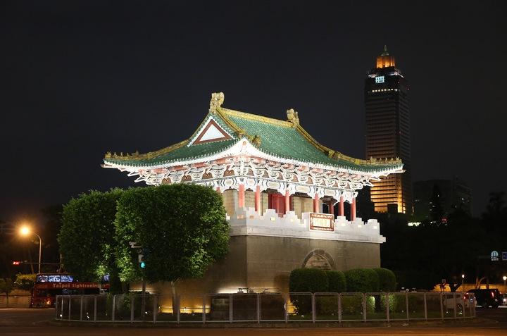 台北市政府為迎接世大運,西區門戶計畫除了讓北門重見天日外,還完成了東門、小南門夜間燈光修復工程,景福門(東門)今晚正式點亮。記者余承翰/攝影