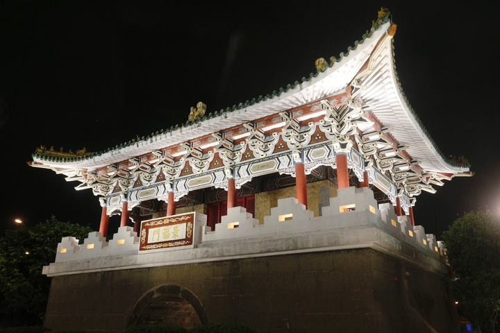 台北市長柯文哲今晚主持「燦爛的台北城,燈峰造極」,舉行東門、南門、小南門試運作點燈活動。圖為東門。記者程宜華/攝影