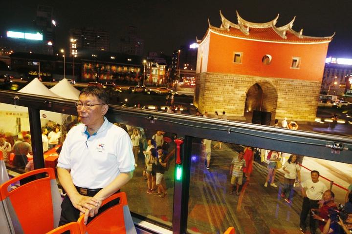 台北市長柯文哲(中)今晚主持「燦爛的台北城,燈峰造極」,舉行東門、南門、小南門試運作點燈活動。圖為北門。記者程宜華/攝影