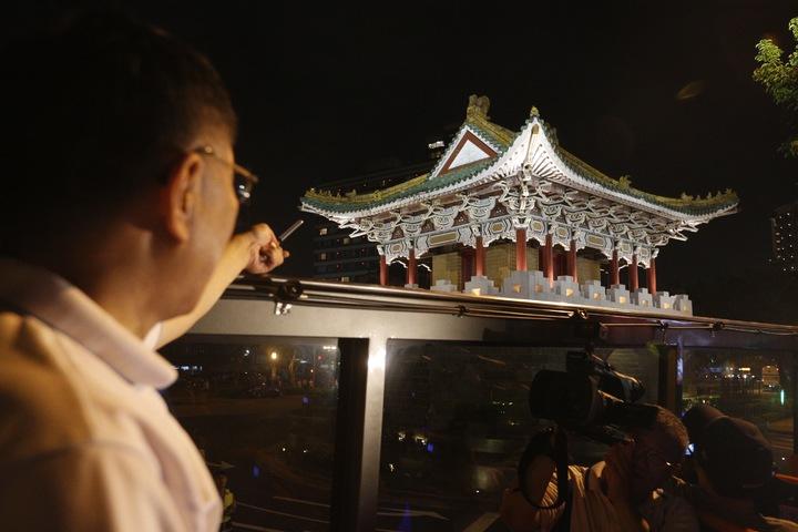 台北市長柯文哲(左)今晚主持「燦爛的台北城,燈峰造極」,舉行東門、南門、小南門試運作點燈活動。圖為南門。記者程宜華/攝影