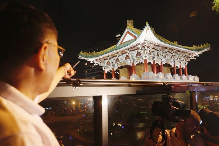 台北市長柯文哲(左)今晚主持「燦爛的台北城,燈峰造極」,舉行東門、南門、小南門試運作點燈活動。圖為東門(景福門)。記者程宜華/攝影