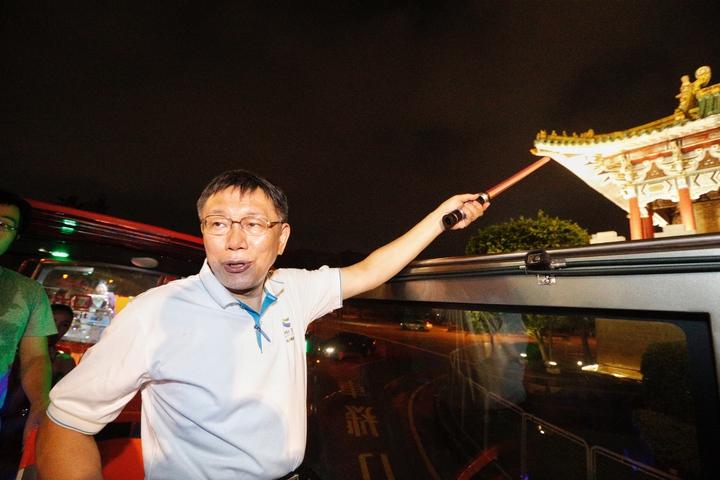 台北市長柯文哲(中)今晚主持「燦爛的台北城,燈峰造極」,舉行東門、南門、小南門作點燈活動。記者程宜華/攝影