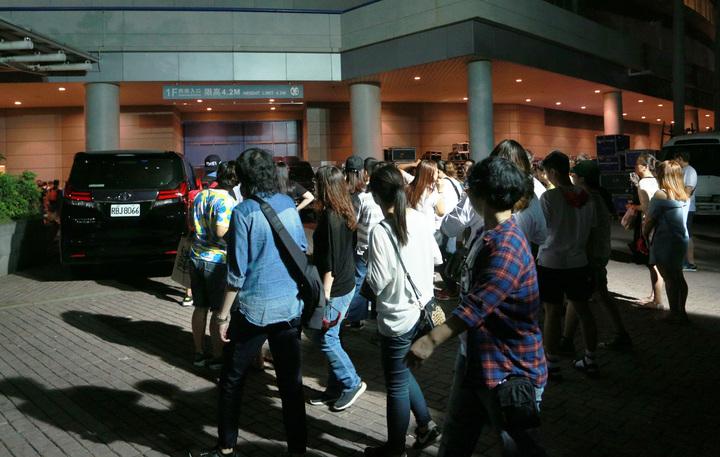 天后張惠妹12日起揭開「烏托邦2.0慶典」大門,演出結束後,許多歌迷湧到後台。記者劉學聖/攝影