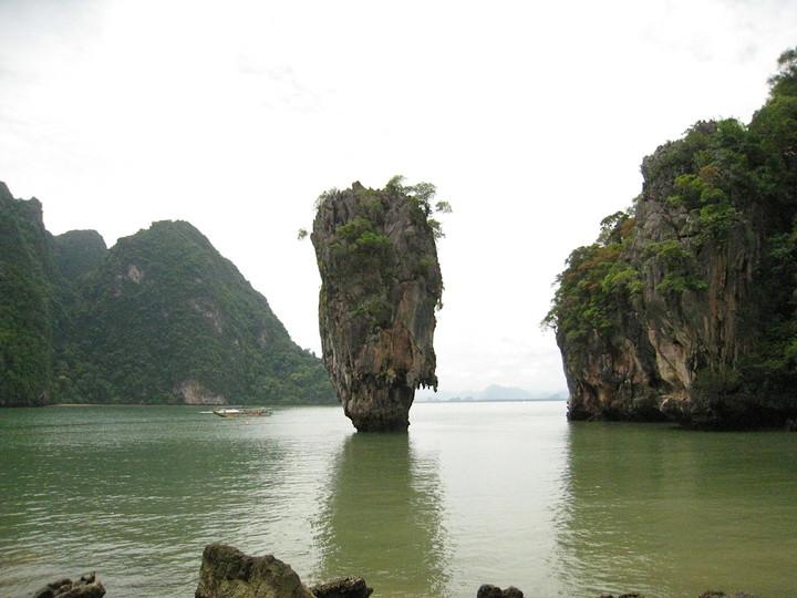 擔任領隊可以看遍各地美景或朝聖電影場景,圖為傳說中的海中大白菜「007島」位於潘牙灣。記者張雅婷/攝影