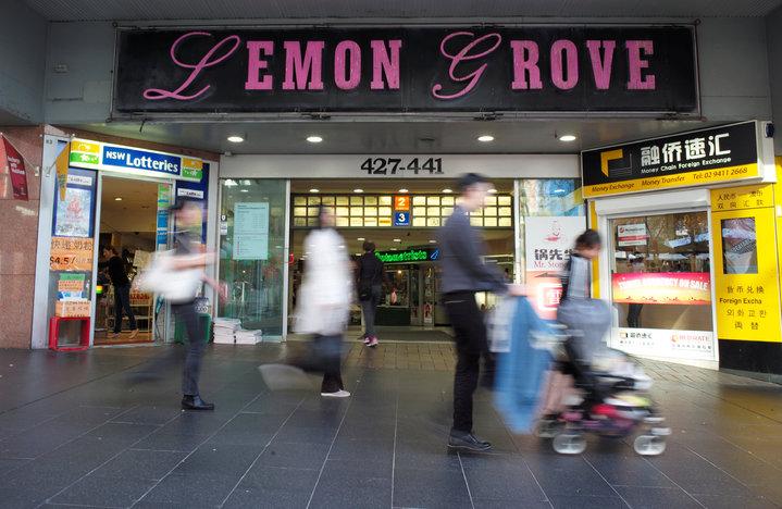 澳洲鬧得沸揚的洗錢案發地點─雪梨這處購物中心門口的ATM。(路透)