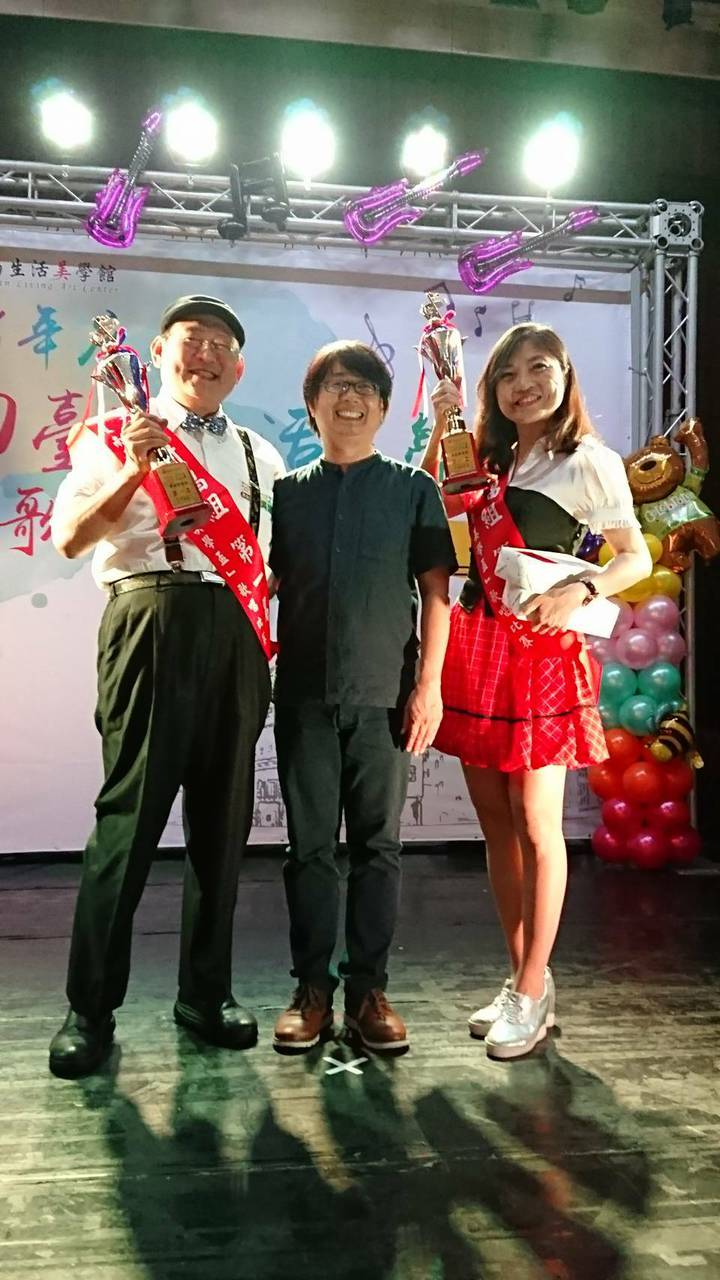 醫師吳建民(左)、李岱霖(右)獲南台灣生活美學盃男女對唱總冠軍,與台南生活美學館長陳柏欽(中)合照。圖/李岱霖提供