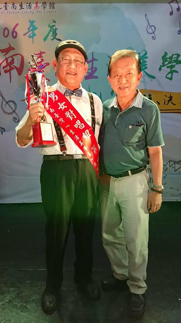 醫師吳建民(左)獲南台灣生活美學盃男女對唱總冠軍,與指導老師蘇中民合照。圖/李岱霖提供