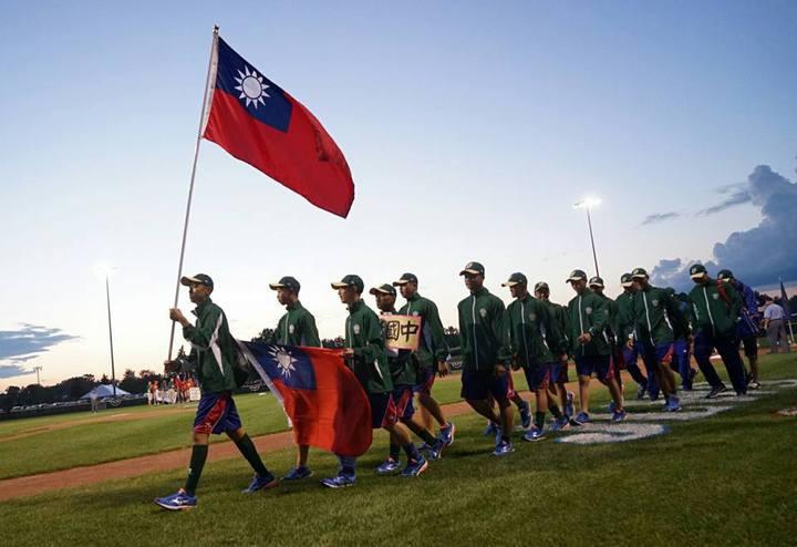 2017年世界少棒聯盟(LLB)世界青少棒錦標賽開幕典禮中華隊帶國旗進場。圖/市議員謝彰文、楊家俍提供