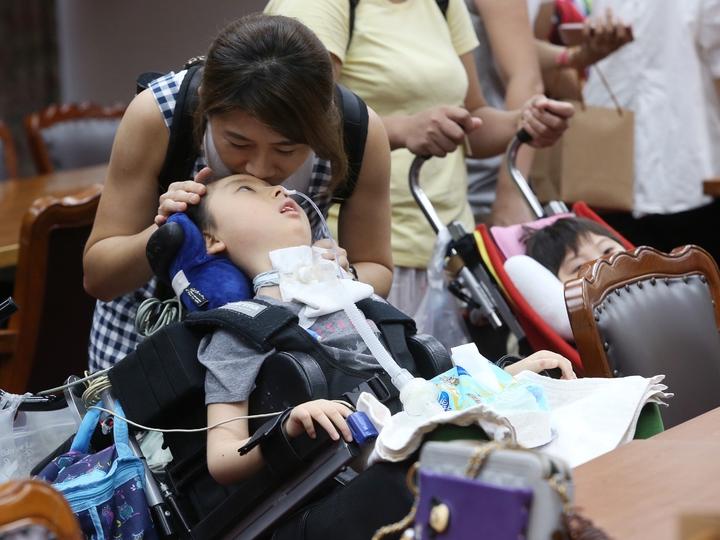 學生保險新增一項條款「幼兒帶病投保不理賠」,讓弱勢的重症兒童家庭十分不滿。記者楊萬雲/攝影
