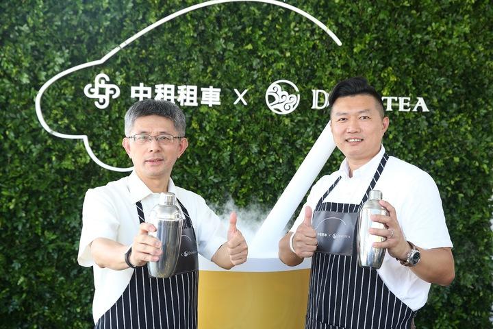 中租控股董事長陳鳳龍(左)與薡茶營運長李孟諴(右)一同出席首家複合式經營門市開幕茶會。記者余承翰/攝影