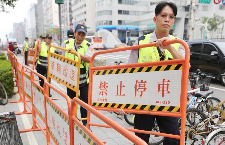 世大運開幕即將在台北田徑場舉行,員警以路牌分隔道路與管制區。記者陳正興/攝影