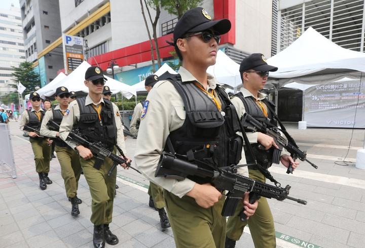 世大運開幕即將在台北田徑場舉行,憲兵持槍在周邊道路上加強巡邏。記者陳正興/攝影