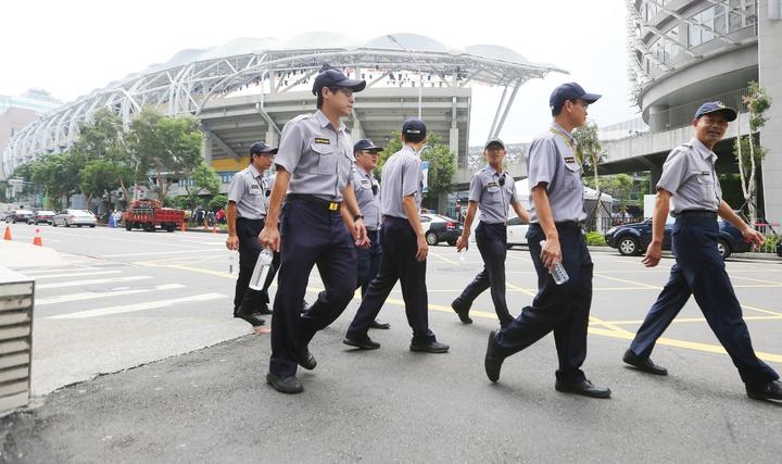 世大運開幕即將在台北田徑場舉行,員警在周邊加強巡邏。記者陳正興/攝影