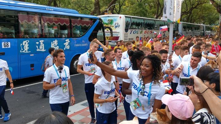 法國隊熱情與民眾玩自拍。記者楊正海/攝影