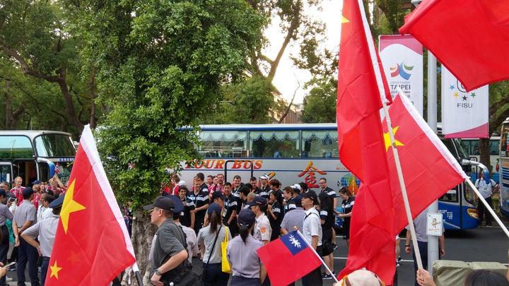 美國隊抵達時遇到反年改和統派團體喊「蔡英文下台」。記者楊正海/攝影