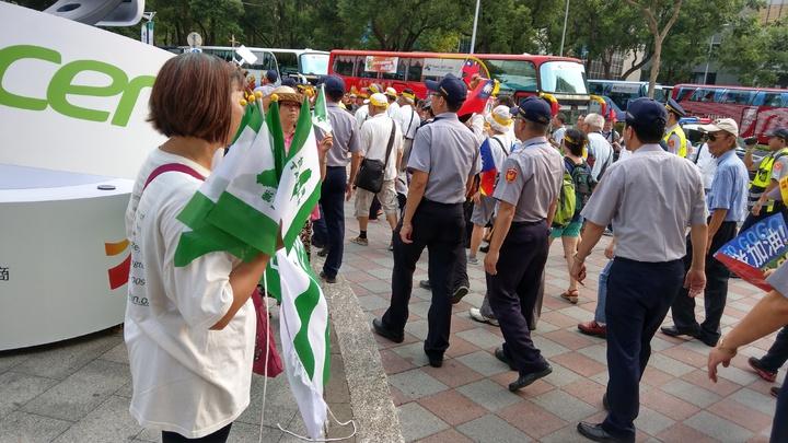 反年改團體與獨派相互搖旗短兵相接。記者楊正海/攝影