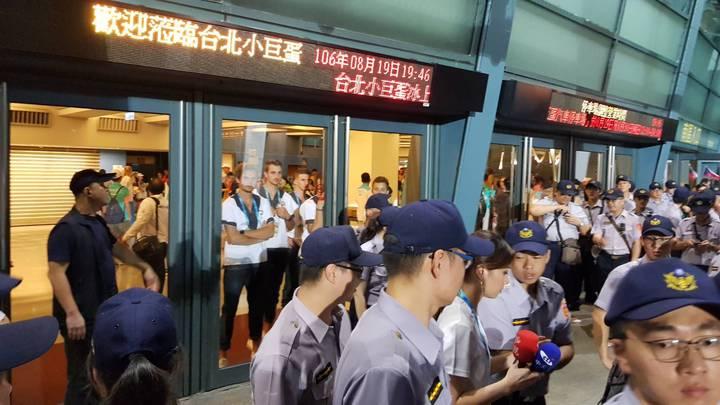 台北世大運開幕典禮今天傍晚開幕不久發生場外反年金改革的抗議團體侵入到小巨蛋南側通道,導致選手無法進場的狀況。記者翁浩然/攝影