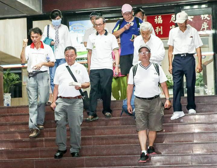 反年改團體步出保大後,高喊「中華隊加油」。記者鄭清元/攝影