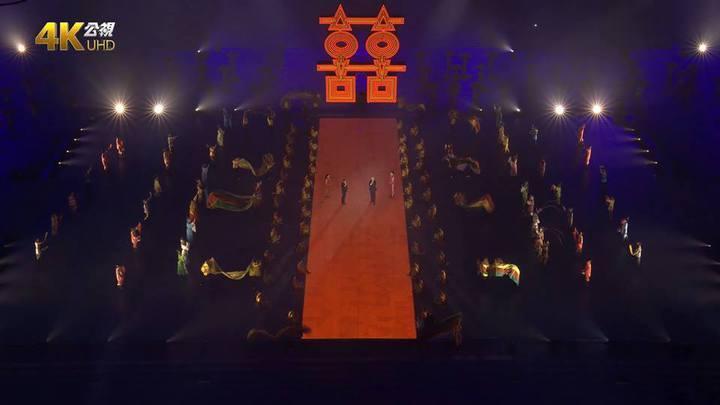 台北市長柯文哲與國際大學體育總會(FISU)主席馬蒂特辛走紅地毯迎雙囍圖。圖/擷取自公視網頁