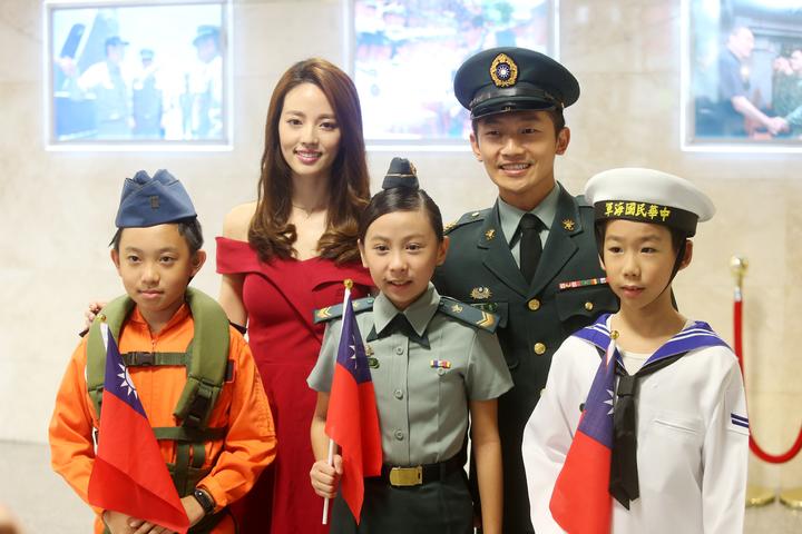 國防部上午舉行記者會宣布一系列軍人節慶祝活動,參加活動的小朋友和晚會主持人阿諾(左二)和蔡昌憲(右二)合影。記者邱德祥/攝影
