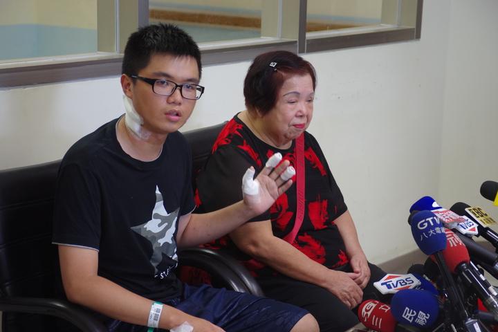 被砍傷的憲兵周書鋐今天和祖母一起受訪,表示當時除了不能讓人拿刀闖進總統府,沒有其他念頭。記者程嘉文/攝影
