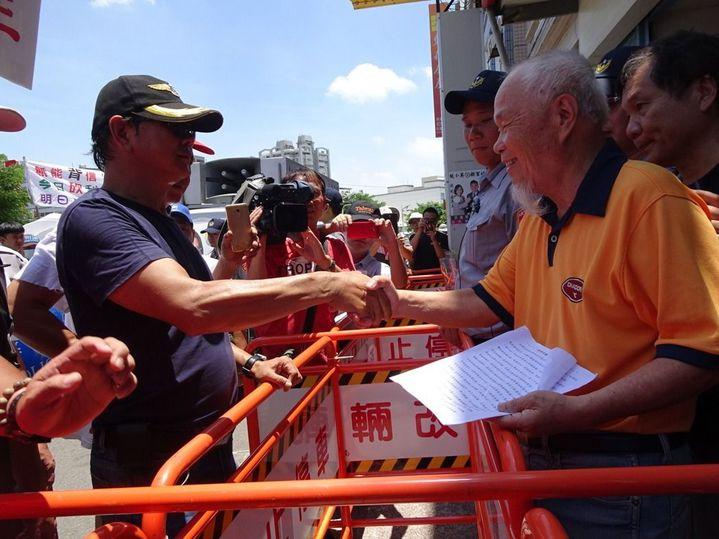 前屏東縣團管區司令黃冬輝(左)常領軍陳情。本報資料照片