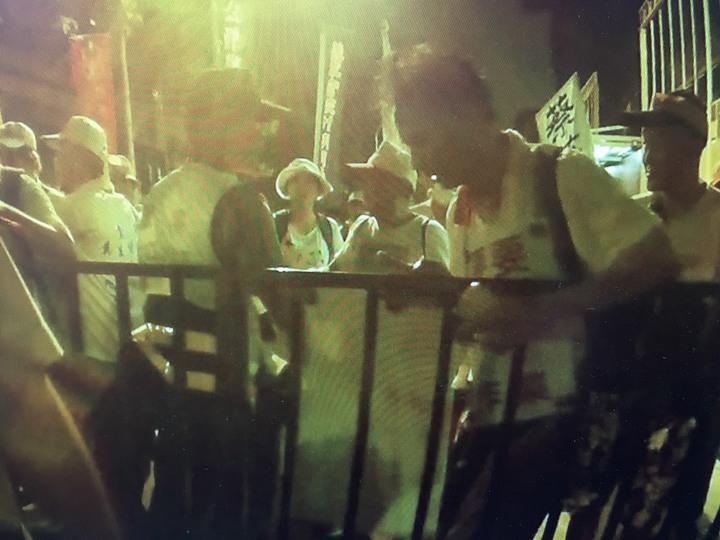 萬華警方秘錄器顯示,吳萬固推開鐵柵欄。記者蕭雅娟╱翻攝