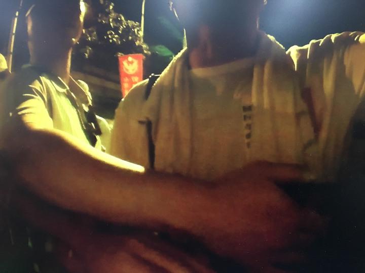 萬華警方秘錄器顯示,吳萬固推開鐵柵欄,大同警察出手擋吳。記者蕭雅娟╱翻攝