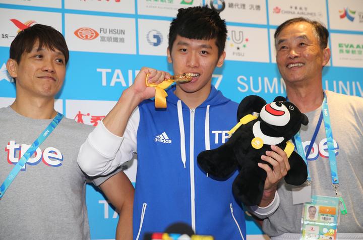 世大運為我國奪下鞍馬首金,李智凱(中)與教練林育信(左)目標放在2020東京奧運。記者陳正興/攝影