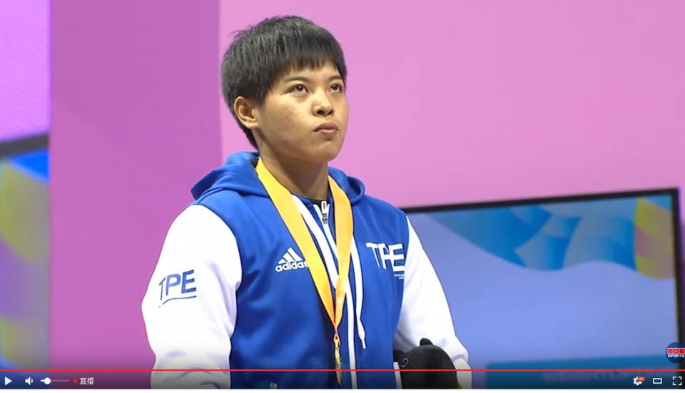 舉重女將洪萬庭在台北世大運女子69公斤級戲劇性摘金。 截圖自youtube影片