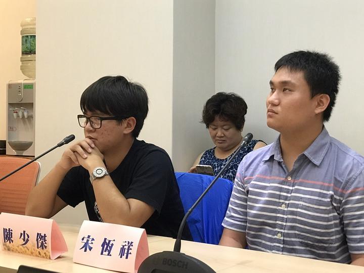 視障生陳少傑(左)說,助理員扮演潤滑劑,讓他安心學習,今年透過學測考上世新大學法律系。記者馮靖惠/攝影