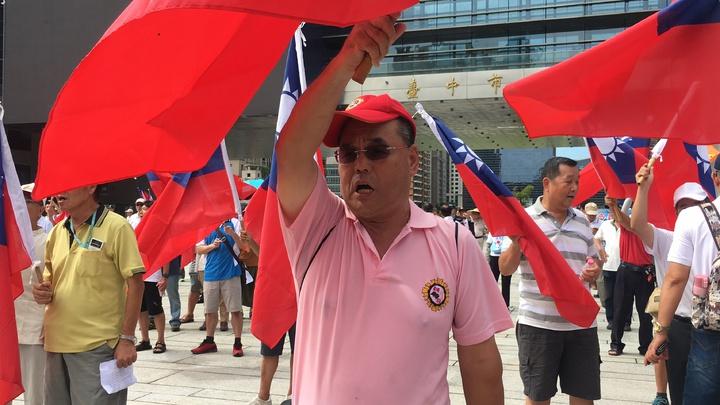 退伍軍人高唱國歌,國旗飄揚。記者陳秋雲/攝影