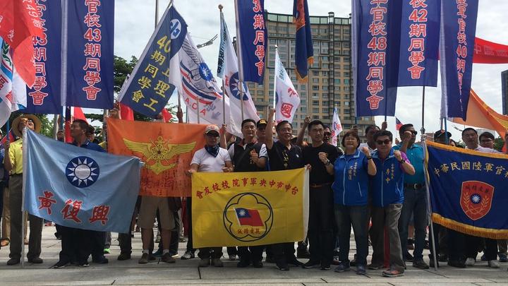 台中市軍公教團結聯盟等團體今天在市府廣場慶祝九三軍人節。記者陳秋雲/攝影
