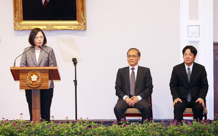 蔡英文總統(左)上午在總統府召開記者會宣布,閣揆林全(中)請辭,由台南市長賴溝德(右)接任行政院院長。記者杜建重/攝影