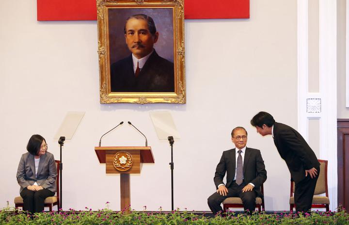 蔡英文總統召開記者會宣布由台南市長賴溝德接任行政院院長。賴清德(右)上台致詞前,先向蔡總統(左)及林全院長(中)深深一鞠躬。記者杜建重/攝影
