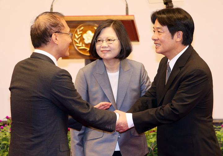 蔡英文總統上午在總統府召開記者會宣布由台南市長賴溝德接任行政院院長。蔡總統(中)在記者會後,與林全(左)、賴清德(右)一同走到台前合影,林全特別轉身與接任閣揆的賴清德握手致意。記者杜建重/攝影