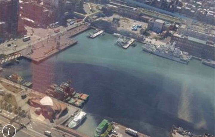 王姓民眾在基隆人集團臉書PO的空拍照,基隆港竟黑了一半,讓人怵目驚心。翻攝自基隆人集團臉書