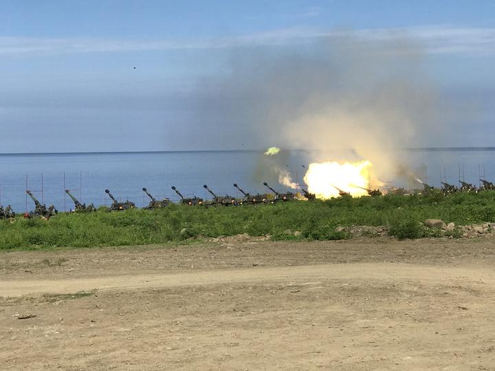 屏東車城海岸線今天進行國軍重砲射擊訓練。記者蔣繼平/攝影