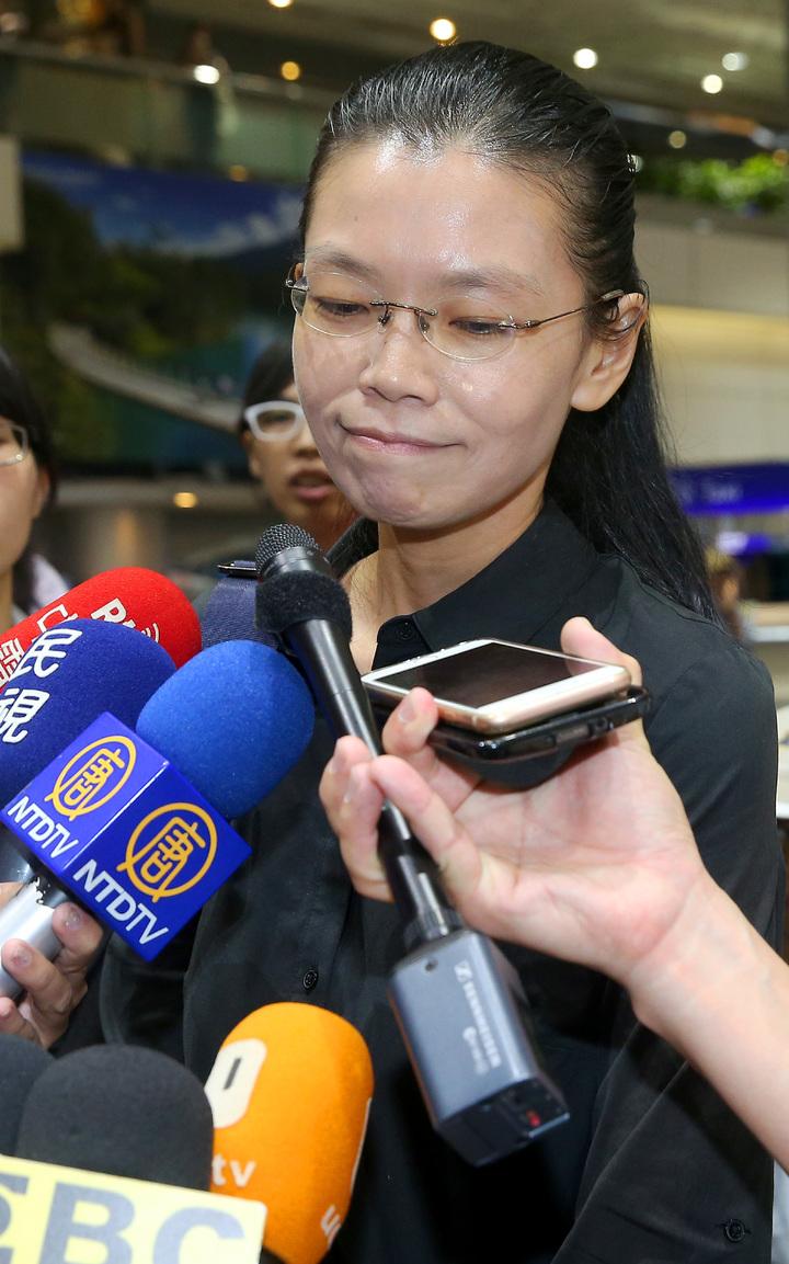 NGO工作者李明哲被大陸控訴涉嫌「顛覆國家政權罪」,李的妻子李凈瑜(如圖)前往大陸旁聽審判後,12日晚間搭機返抵桃園機場。  記者陳嘉寧/攝影