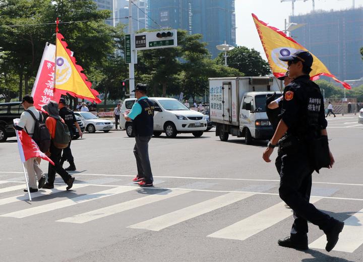 警方對於反年改團體採取個別緊盯防範意外發生。記者劉學聖/攝影
