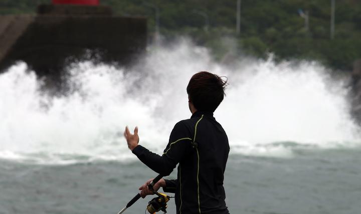 基隆北海岸地區,因為風勢強大引發陣陣長浪,但釣魚的民眾興緻不減,依舊在岸邊垂釣。記者杜建重/攝影