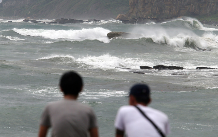 泰利颱風雖然不會登陸,但氣象局仍持續發布海上警報,基隆北海岸地區,強大風勢引發陣陣長浪,許多民眾專程到岸邊觀浪。記者杜建重/攝影