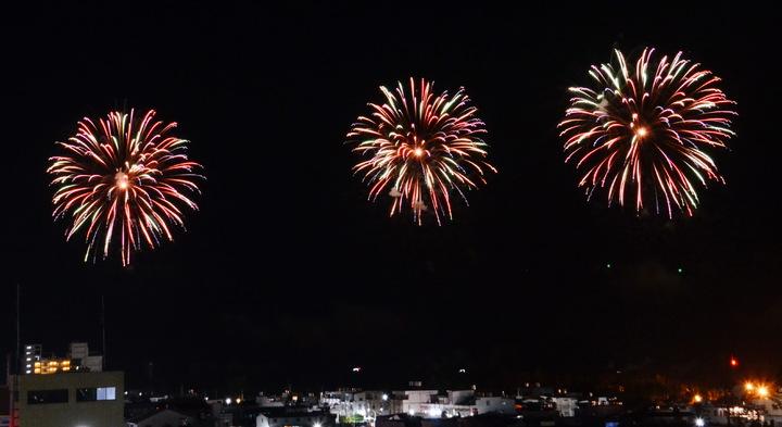 國慶籌委會本月11日在台東試放54發煙火,絢麗的火花為台東增添璀璨夜市。記者羅紹平/攝影