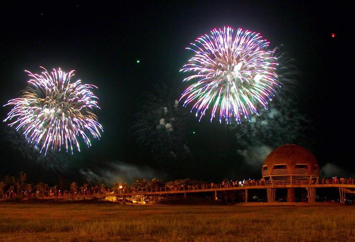 國慶籌委會本月11日在台東試放54發煙火,絢麗的火花為台東增添璀璨夜市。記者羅紹平/翻攝
